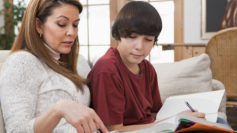 ¿Ayudas o haces los deberes de tu hijo? - Compartir en Familia