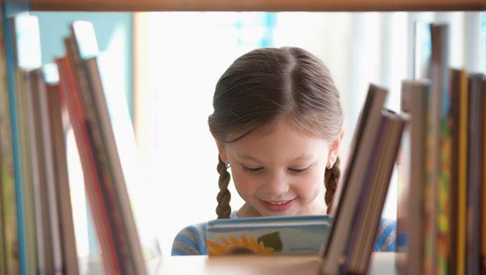 ¿A qué edad es bueno que mi hijo aprenda a leer? - Compartir en Familia