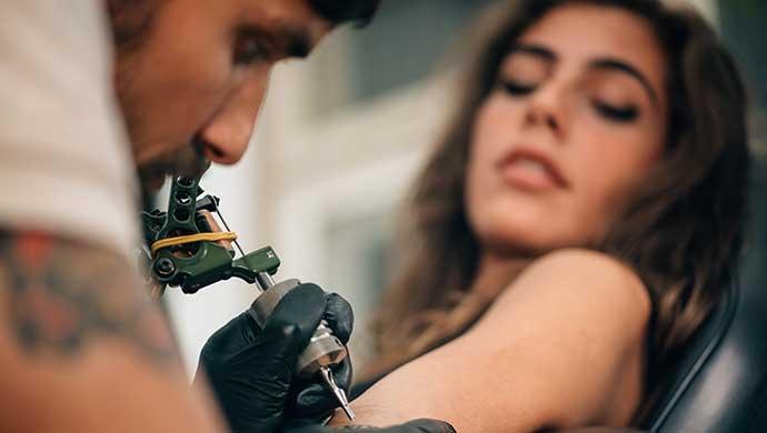 5 cosas que debes saber si tu hijo te dice que quiere un tatuaje - Compartir en Familia