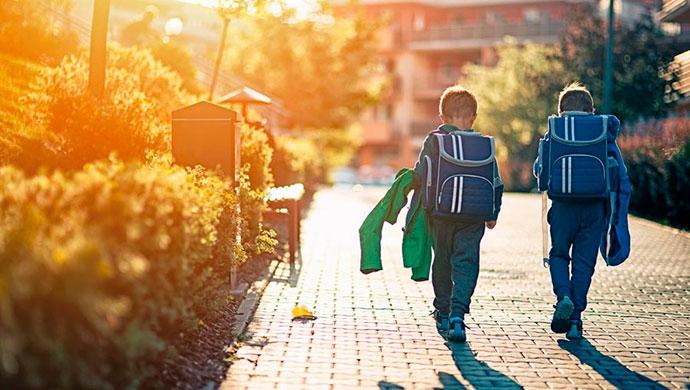 ¡Demasiadas extraescolares! ¿Les estamos robando la infancia a los niños? - Compartir en Familia