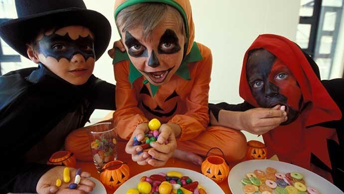 7 consejos para evitar que tus hijos coman (demasiadas) golosinas en Halloween - Compartir en Familia