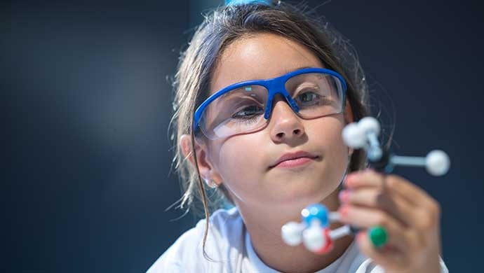 ¿Cómo podemos fomentar el talento científico en nuestras hijas? - Compartir en Familia