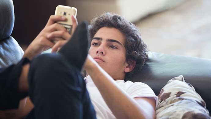 10 pautas para combatir el uso excesivo de pantallas - Compartir en Familia