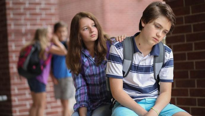 Cómo hacer que nuestros hijos ayuden a un compañero con dificultades - Compartir en Familia